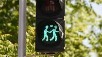 Pogostite.ru - На улицах Мюнхена появились светофоры с изображениями гей-пар