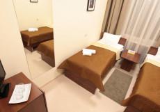 ПОБЕДА (возле воинской части) Кровать в двухместном номере с 2 отдельными кроватями и общей ванной комнатой