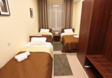 ПОБЕДА (возле воинской части) Кровать в трехместном номере с общей ванной комнатой
