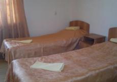 Уют | центр г. Усть-Лабинска | Возле Авто- и ЖД Вокзала Двухместный номер с 2 отдельными кроватями и общим туалетом