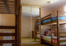 Монро | Симферополь | Черное море | Парковка | Спальное место на двухъярусной кровати в общем четырехместном номере для женщин