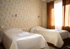 ТРИ КОТА | Великий Новгород | С завтраком | Сауна | Бассейн Двухместный (2 односпальные кровати)