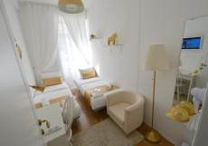 Голд Инн - Gold In Двухместный номер эконом-класса с 2 отдельными кроватями и балконом, общая ванная комната
