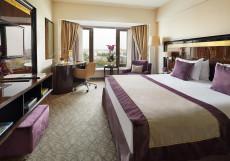 КРАУН ПЛАЗА Crowne Plaza Номер бизнес-класса с кроватью размера «king-size»