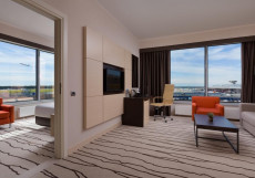 Дабл Три Хилтон Внуково - DoubleTree Hilton Vnukovo Угловой люкс с 1 спальней с кроватью размера «queen-size» и красивым видом