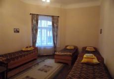 НА САПЕРНОМ (м. Площадь Восстания, с завтраком) Трехместный номер эконом-класса с общей ванной комнатой