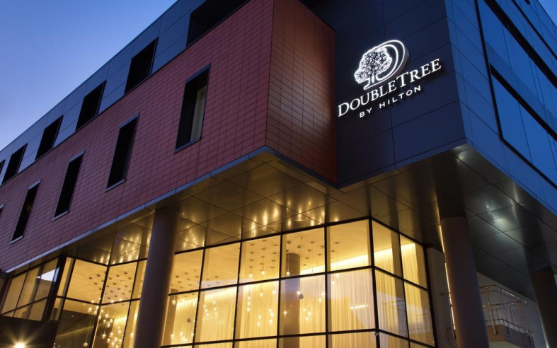 Pogostite.ru - Four Elements Ekaterinburg   Double Tree by Hilton Hotel Ekaterinburg City Centre   Екатеринбург   Парковка #1